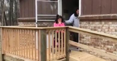 postavil rampu pro dívku